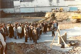 Pose de la 1ère pierre du bâtiment A 1990